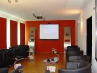 Voll ausgestatteter Seminarraum m. Ledersesseln