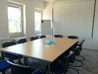 Seid Ihr auf der Suche nach einem charmanten, modernen Konferenzraum in einem kreativen Umfeld?